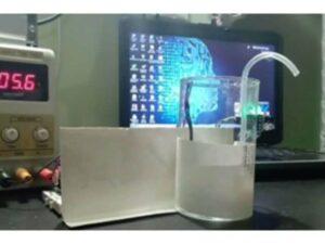 Un employé de Timex India développe une chambre de désinfection interne avec distributeur automatique de désinfectant pour les mains