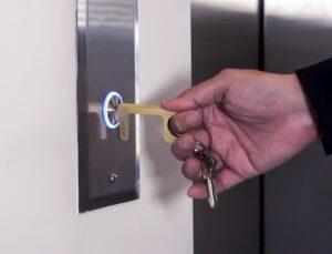 <div>Ce porte-clés vous permet d'appuyer sur des boutons, d'ouvrir des portes, sans contact humain</div>