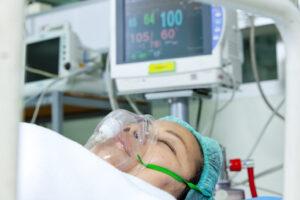 Une équipe irlandaise répartit un respirateur entre deux patients