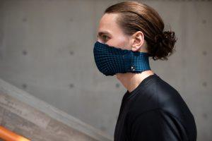 Petit Pli fabrique un masque facial extensible et réutilisable à partir de bouteilles en plastique recyclées