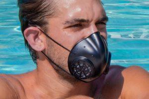 Ce masque lavable doté d'un filtre microgravé breveté peut être réutilisé à l'infini
