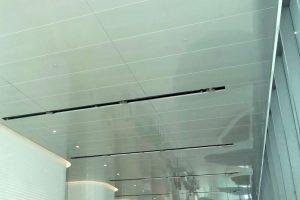 Plafond métallique antimicrobien