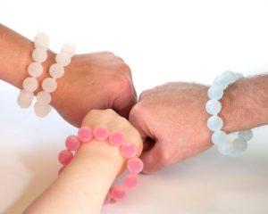 Les Sanibeads peuvent être rechargés avec du désinfectant pour les mains pour une protection sur le pouce.
